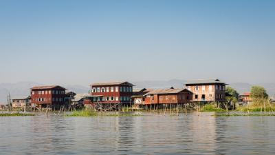 Village sur pilotis sur le lac Inle