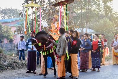 Cérémonie d'entrée au monastère de jeunes birmans