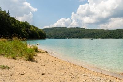 Plage sauvage au lac de Vouglans