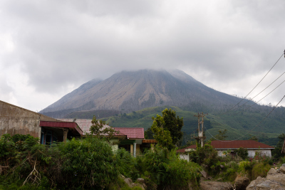 Vue sur le volcan Sinabung